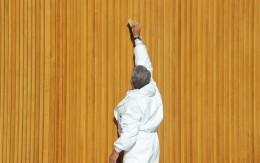 La limpieza de la madera de la ESTACIÓN MARÍTIMA de Vilanova
